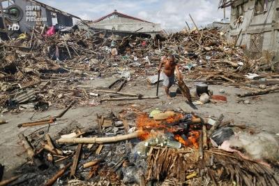 После «Хайян», филиппинские рыбаки делают из холодильников лодки.