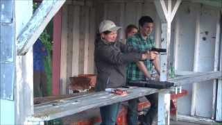 Девушки и парни стреляют из пистолета. Канада.