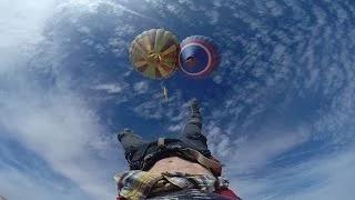 Проход по канату между двумя воздушными шарами.