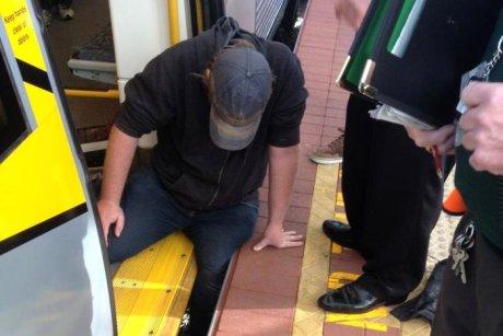 В Австралии пассажиры поезда спасли мужчину