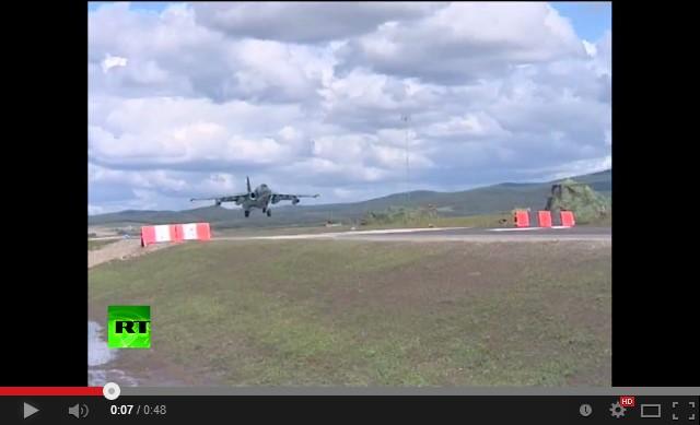 Су-25 совершил посадку на шоссе
