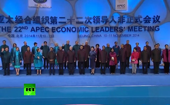 Лидеры стран АТЭС в традиционных китайских пиджаках