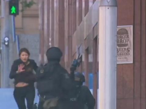 В Сиднее из захваченного кафе Lindt сбежало еще 5 заложников