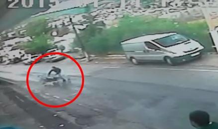 В Турции мужчина спас ребенка остановив коляску