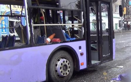 Снаряд попал в троллейбусную остановку в Донецке: 13 погибших (18+)