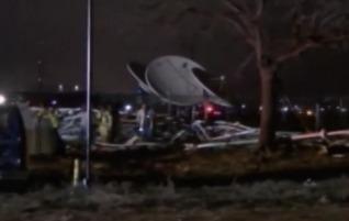 Одномоторный самолет врезался в телевышку в США