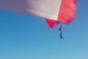 В Мексике на параде флаг страны подбросил солдата на 30 метров