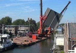 Видео: В Голландии упали два строительных крана