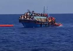 Итальянская береговая охрана спасла 420 беженцев доставили на Сицилию