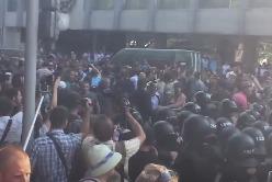 Столкновение милиции и митингующих возле отеля Киев 31.08.2015