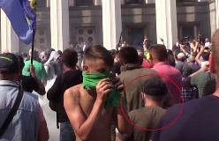 На видео человек который бросает гранату в Киеве