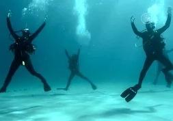 Подводный танец исполнили на греческом курорте