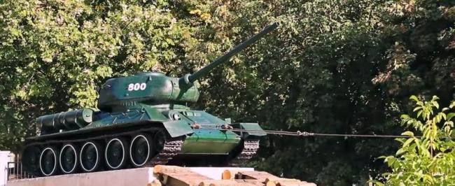 Молдова: Советскийтанк Т-34 был снят с постамента.