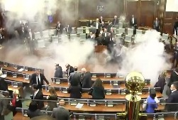 В парламенте Косово бросили шашку слезоточивого газа