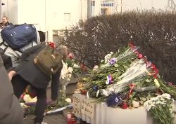Москвичи несут цветы к посольству Франции