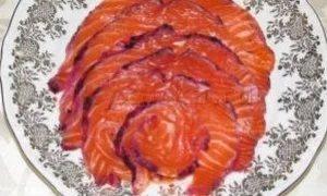 Малосольный лосось с черной смородиной