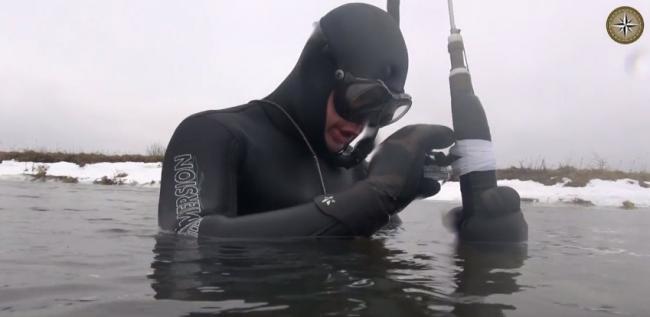 Зимняя подводная охота, на малой речке Минской области.