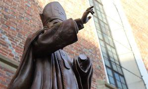 Папе Римскому на Украине отпилили руку