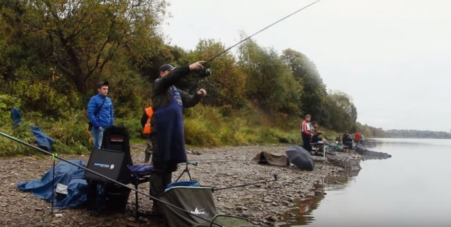 Рыболовный фестиваль на берегу реки Великой