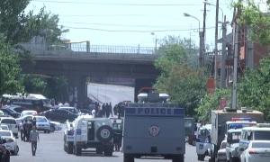 В Ереване террористы захватили в заложники полицейских