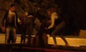 В Воронеже особи женского пола избивают пьяного парня у вечного огня.
