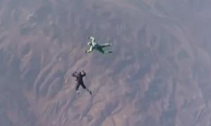 Прыжок без парашюта с высоты более 7 км. (видео)