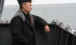 Путин участвует в праздновании дня ВМФ в Санкт-Петербурге.