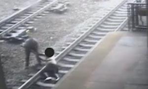 Полицейский спас самоубийцу из-под колес поезда