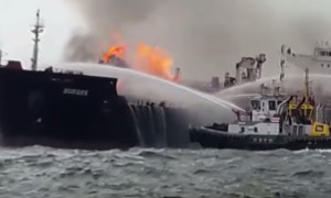 Пожар на нефтяном танкере у берегов Мексики (ВИДЕО)