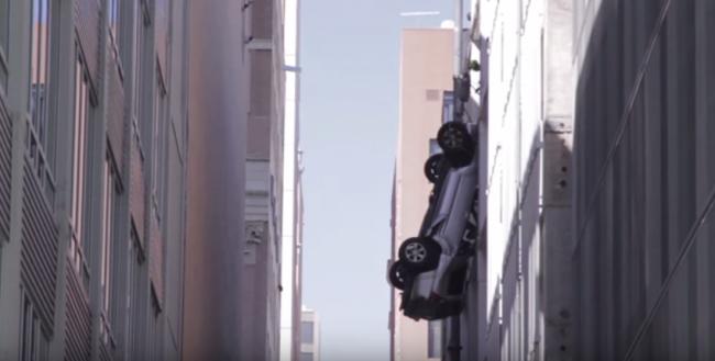 В США машина повисла на проводах, неудачно выехав с парковки
