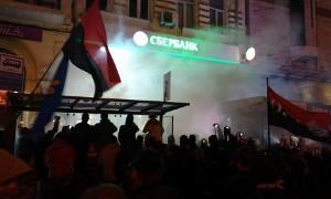 Агенты Путина жгли покрышки в то время как агенты Суркова громили Сбербанк и офис Медвечука!