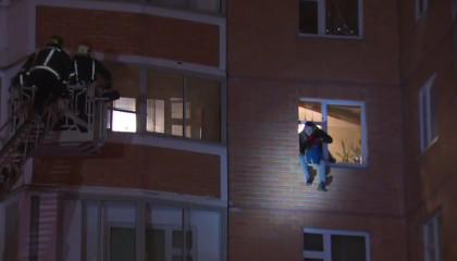 Прыжок урода удерживающего своих детей и жену в заложниках - видео