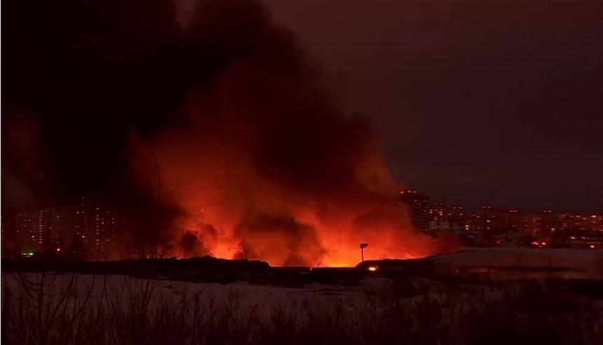 В Мытищах горит склад стройматериалов в районе Осташковского шоссе