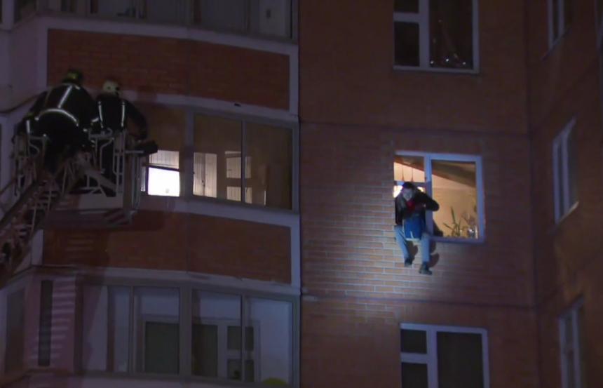 Прыжок с высоты пятого этажа урода удерживающего детей и жену