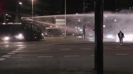 (Демократия) В Голландии полиция применила водомёты