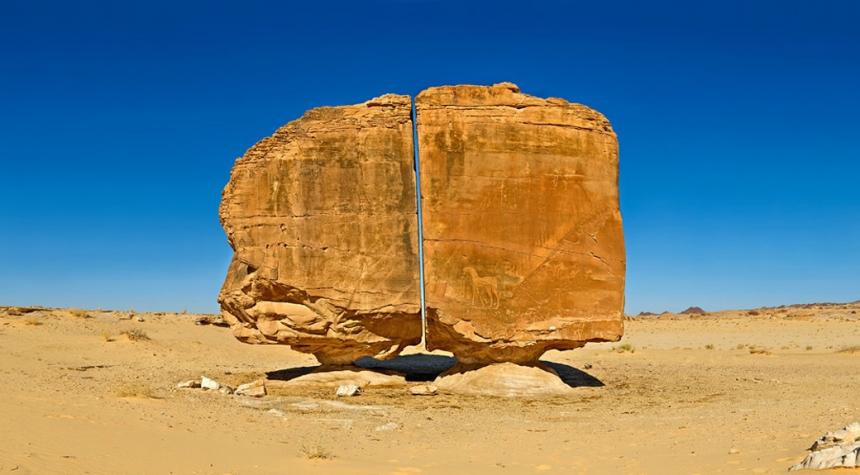Загадочный камень Аль Наслаа в Саудовской Аравии.