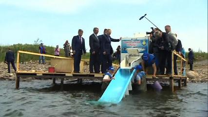 Зарыбление Байкала - Путин выпустил в Байкал 50 тысяч мальков омуля