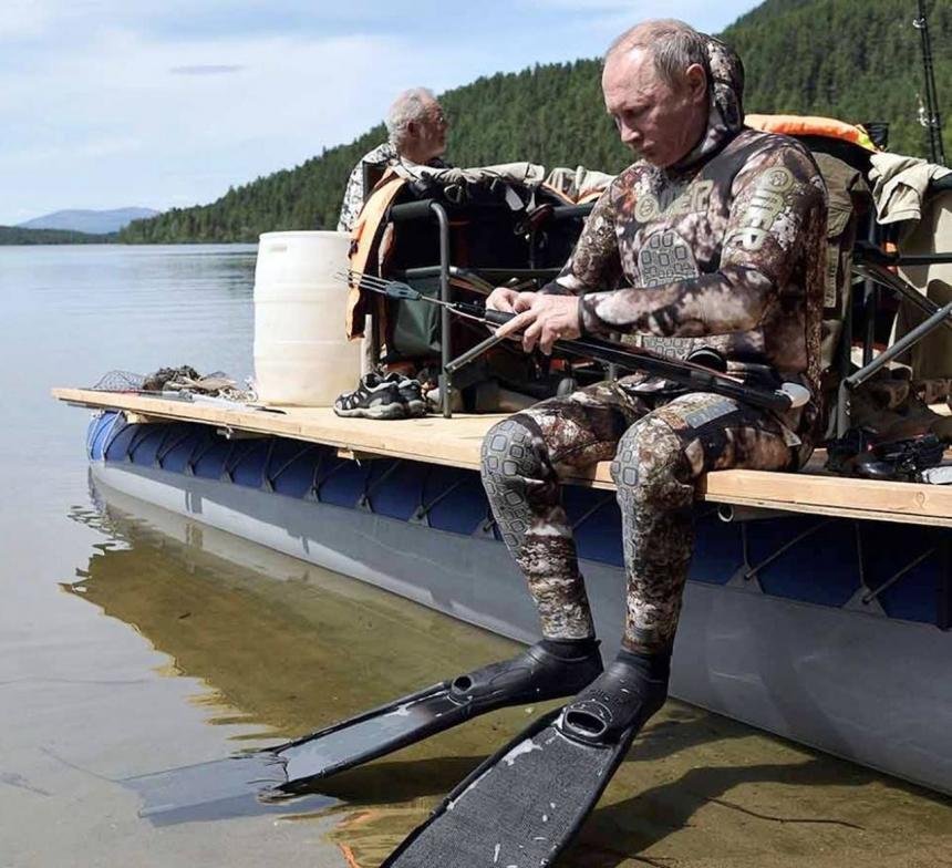 Видео подводной охоты Путина в Туве