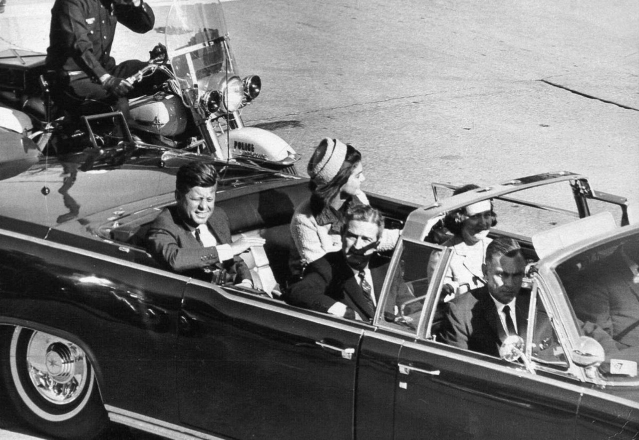 an analysis of the kennedys murder by lee harvey oswald in the united states of america On november 22, 1963, the youth and idealism of america in the 1960s faltered as its young president, john f kennedy, was assassinated by lee harvey oswald while riding in a motorcade through dealey plaza in dallas, texas.