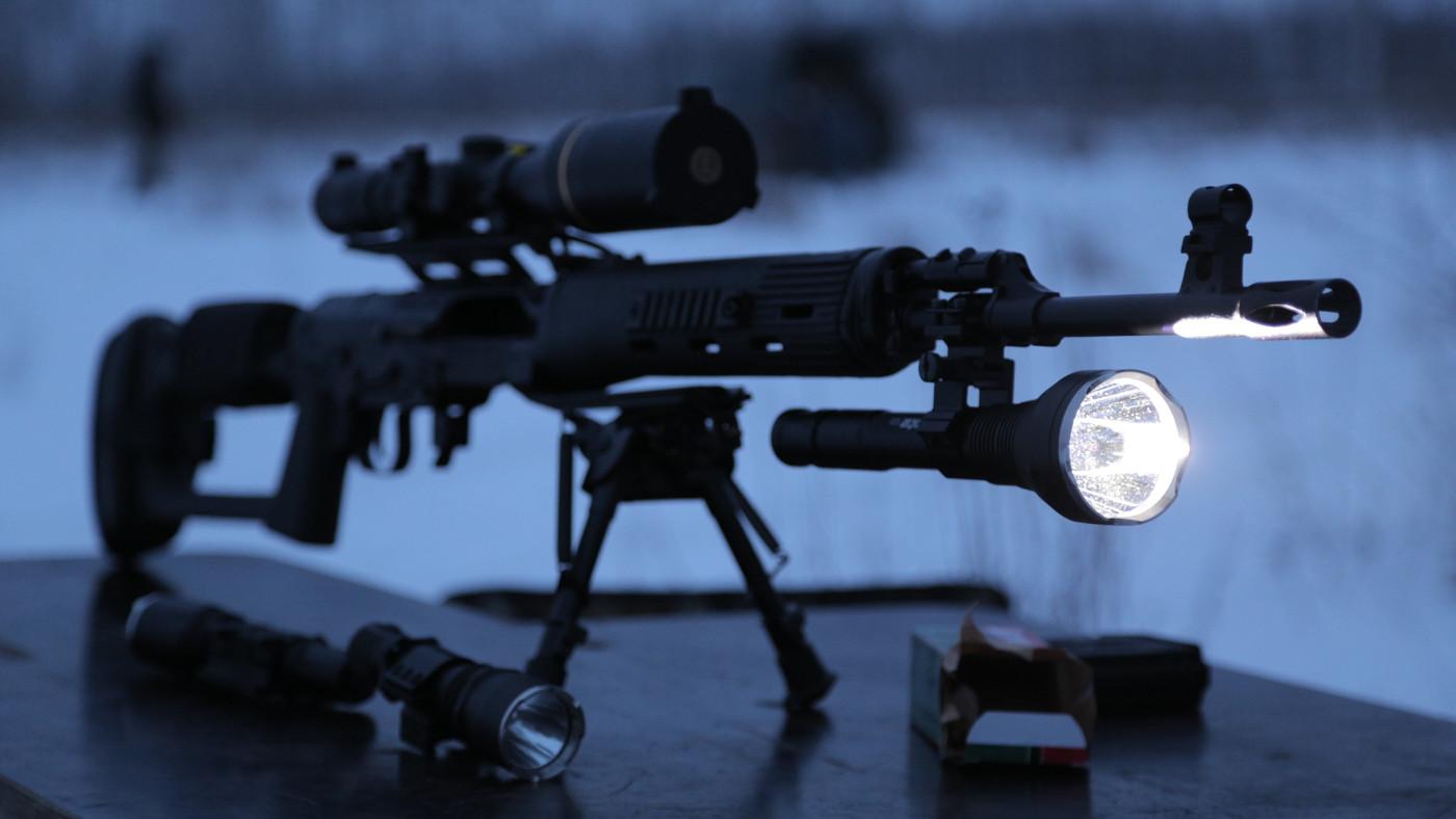 Как выбрать подствольный фонарь для охоты?