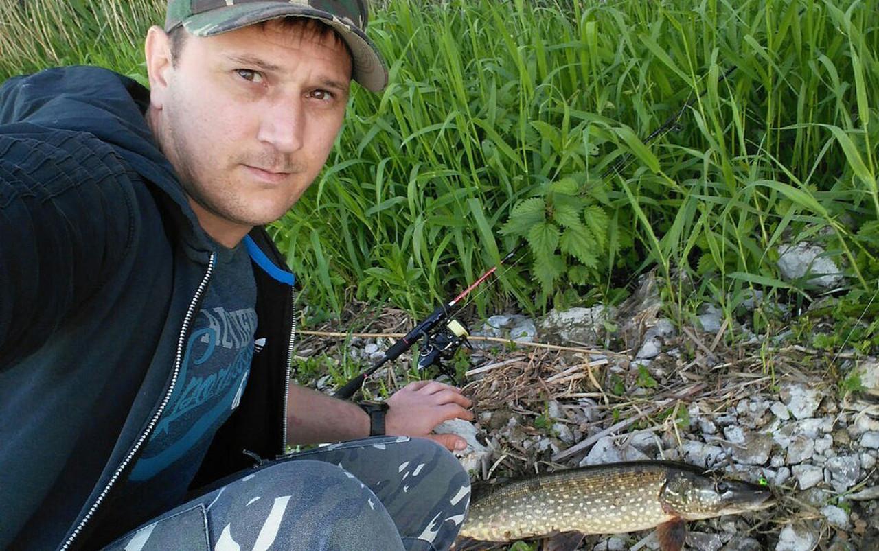 Рыбак очищает Волгу от сетей