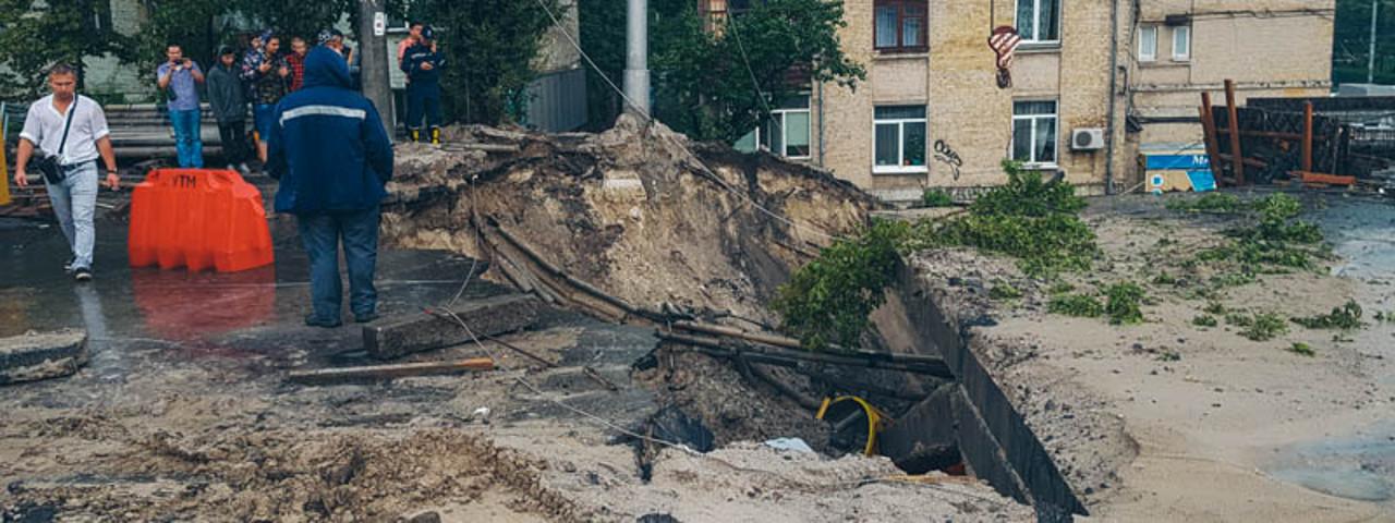 В Киеве обрушился путепровод на Телиги