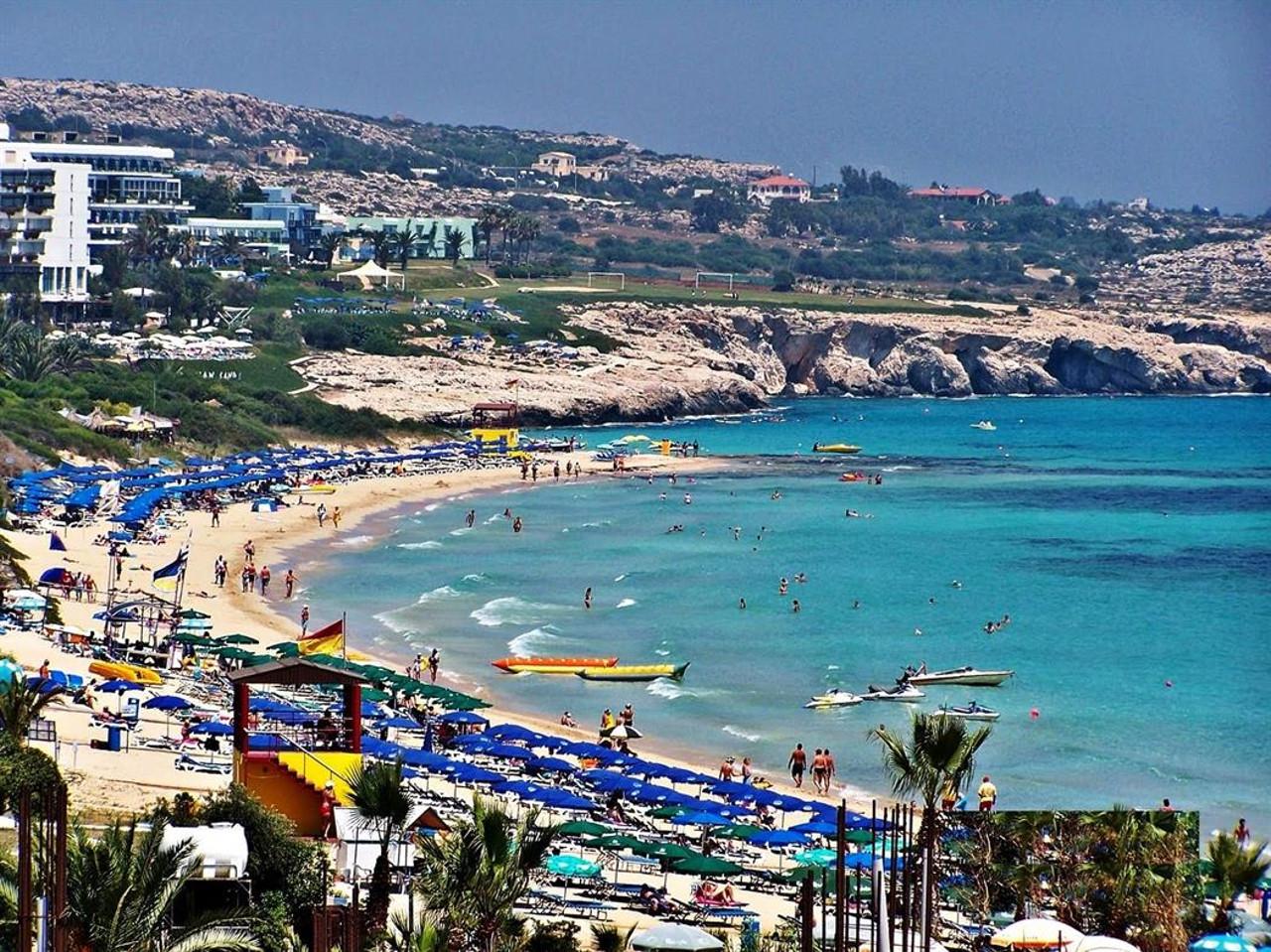 На Кипре супруги из России разбились при падении с обрыва