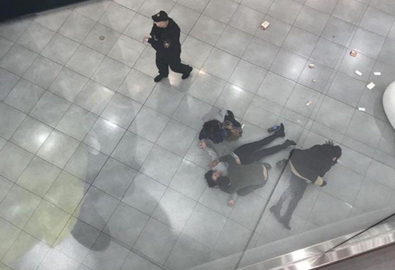 в торговом центре «Хорошо» две девушки упали с высоты, пытаясь сделать селфи.