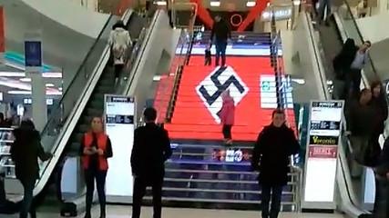 В ТЦ «Городок» на LED-лестнице появилось изображение свастики