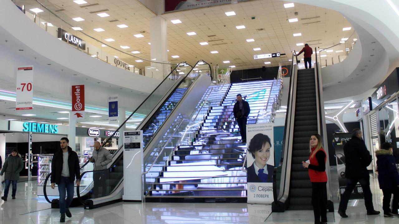 В ТЦ «Городок» на LED-лестнице