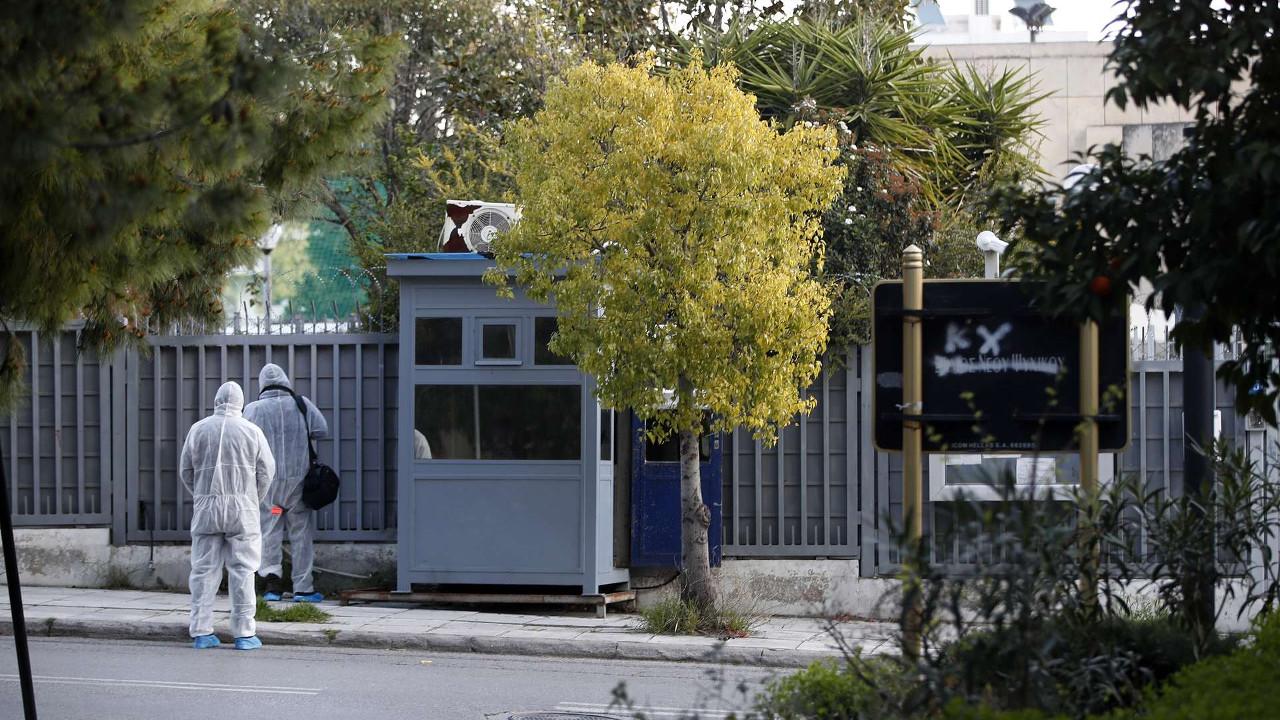 Двое неизвестных бросили гранату в полицейскую будку возле российского консульства в Афинах
