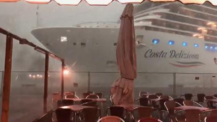 В Венеции лайнер чуть не врезался кафе