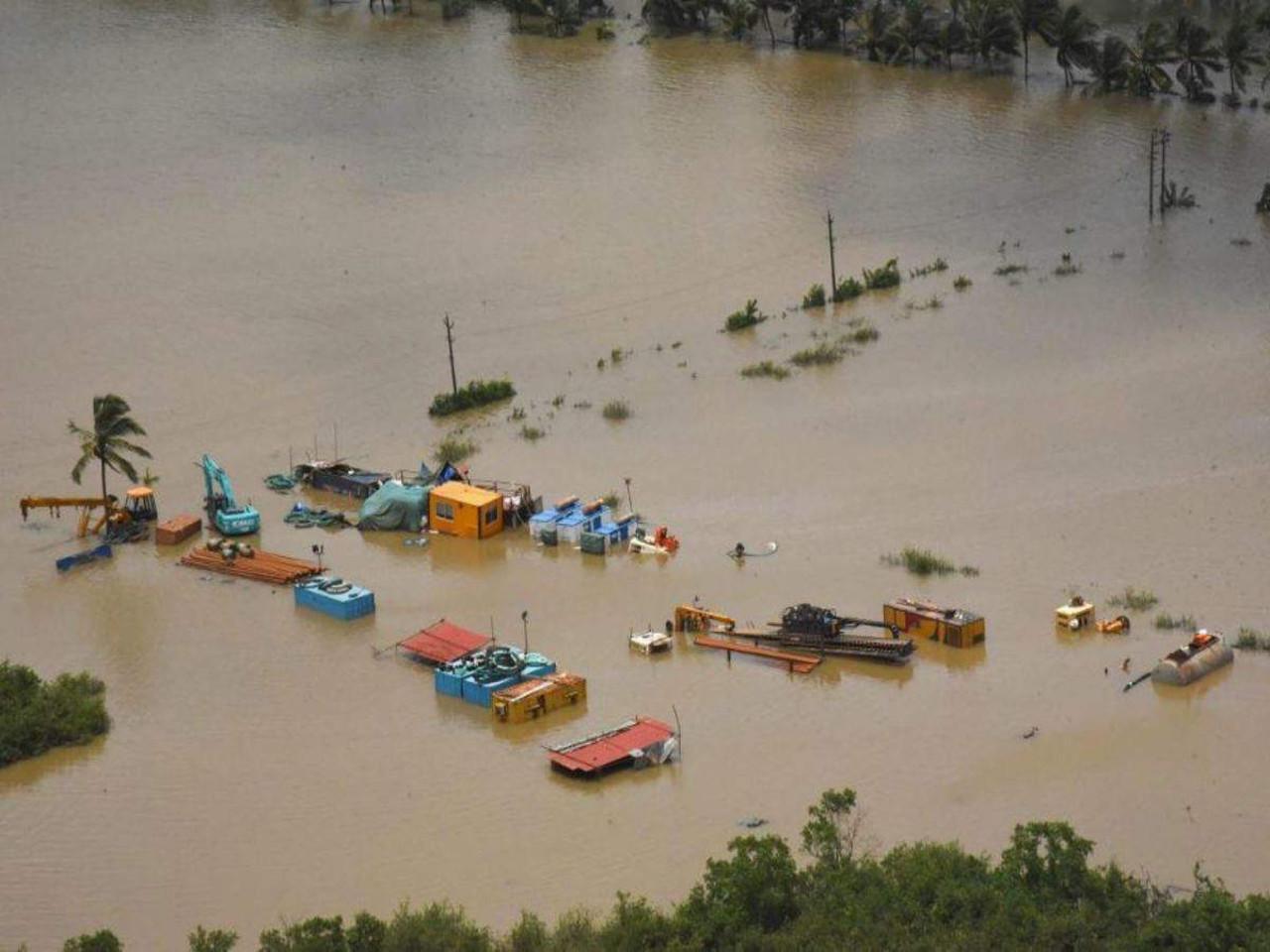 Многие ключевые автомагистрали и дороги в пострадавших регионах были повреждены или отрезаны поднимающимися водами AFP / STR