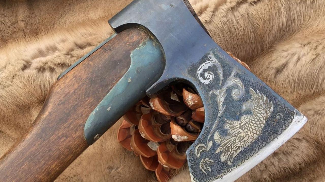 Кованый топор для охотника и путешествий